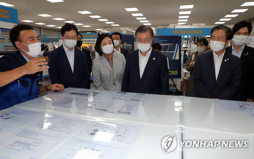 President Moon Jae-in (4th from L) tours a factory of Taelim Industrial Co. at the National Industrial Complex in Changwon, South Gyeongsang Province, 300 kilometers south of Seoul, on Sept. 17, 2020. (Yonhap)