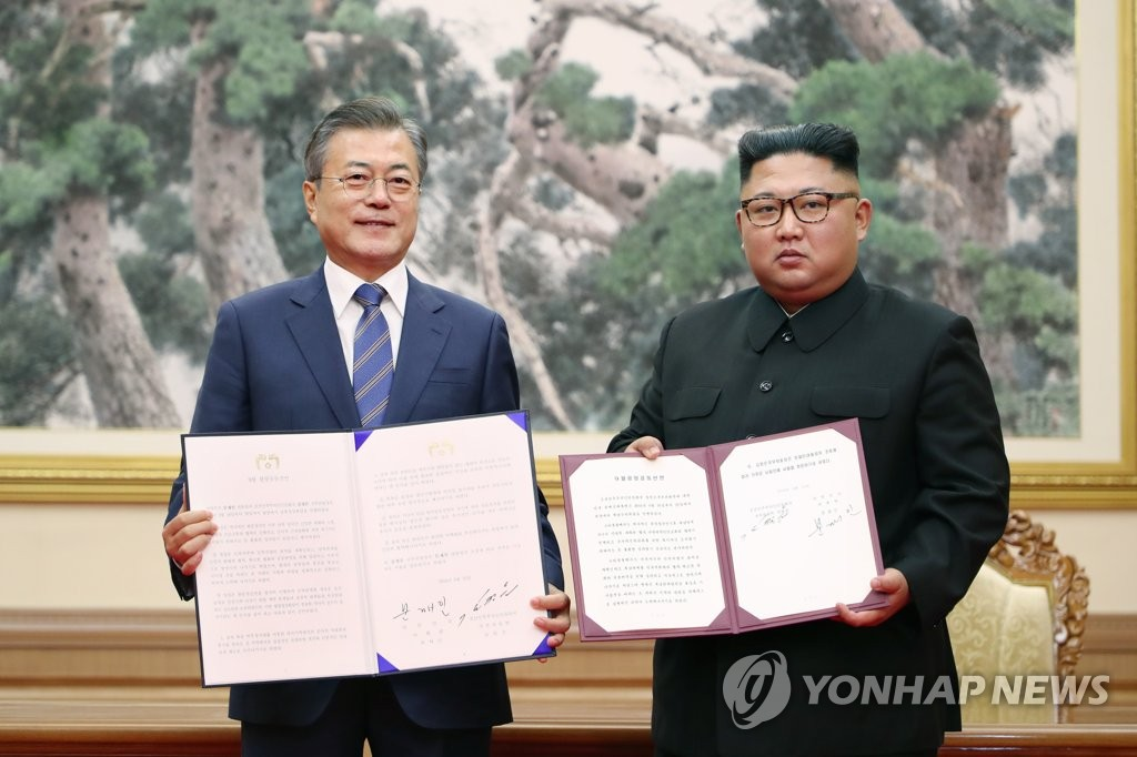 South Korean President Moon Jae-in (L) and North Korean leader Kim Jong-un pose for a commemorative photo after signing a summit agreement in Pyongyang on Sept. 19, 2018, in this file photo. (Yonhap)