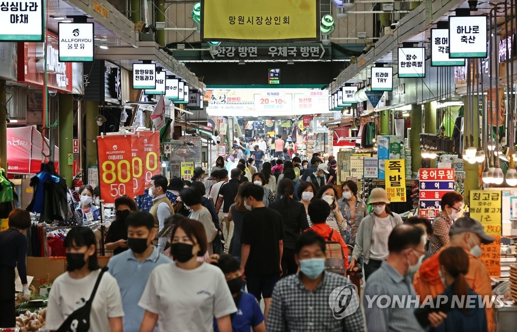 Citizens wearing protective masks shop for groceries at a marketplace in western Seoul on Sept. 21, 2020. (Yonhap)