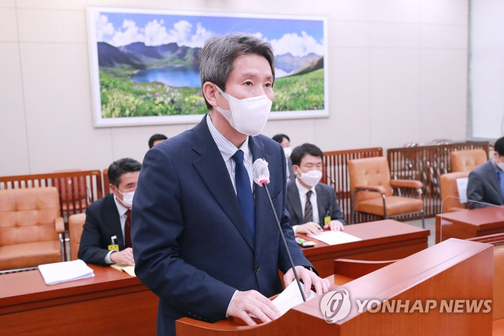 Unification Minister Lee In-young attends a National Assembly session in Seoul on Sept. 25, 2020. (Yonhap)