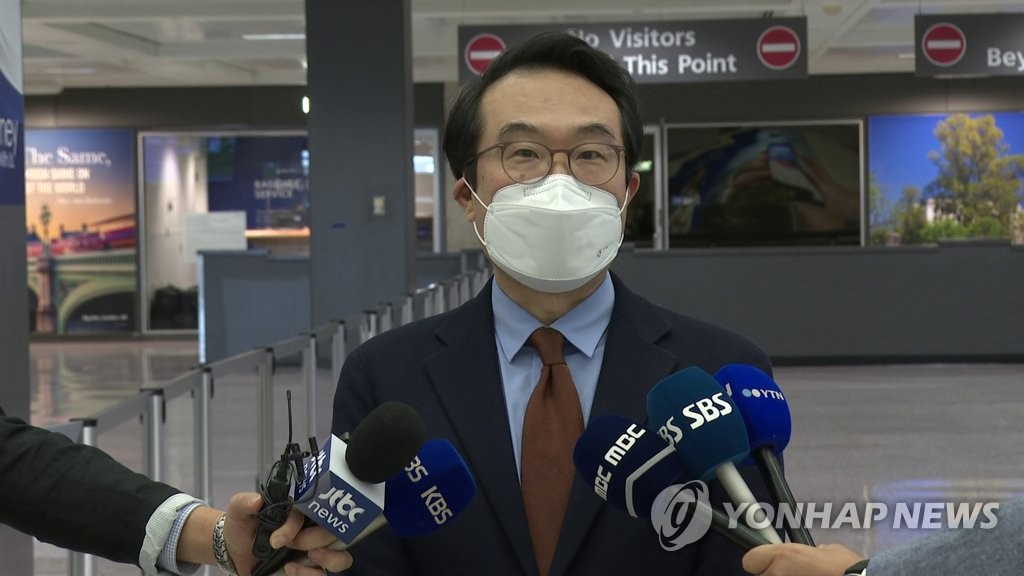Lee Do-hoon, special representative for Korean Peninsula peace and security affairs, speaks to reporters after arriving at Washington's Dulles International Airport on Sept. 27, 2020, to hold talks with U.S. Deputy Secretary of State Stephen Biegun. (Yonhap)