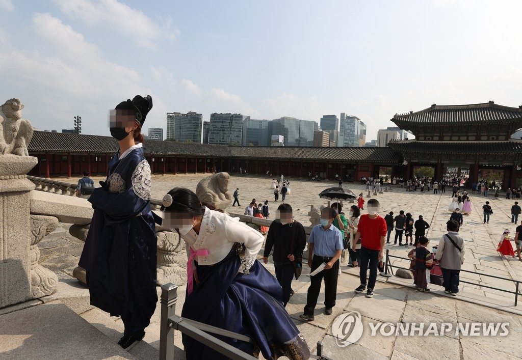 People visit Gyeongbok Palace in central Seoul on the Chuseok holiday on Oct. 1, 2020. (Yonhap)