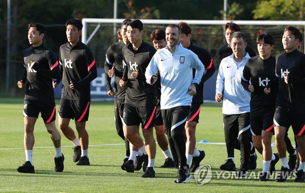 Members of the South Korean men's senior national football team train at the National Football Center in Paju, Gyeonggi Province, on Oct. 5, 2020, ahead of two exhibition matches against the under-23 men's national team. (Yonhap)