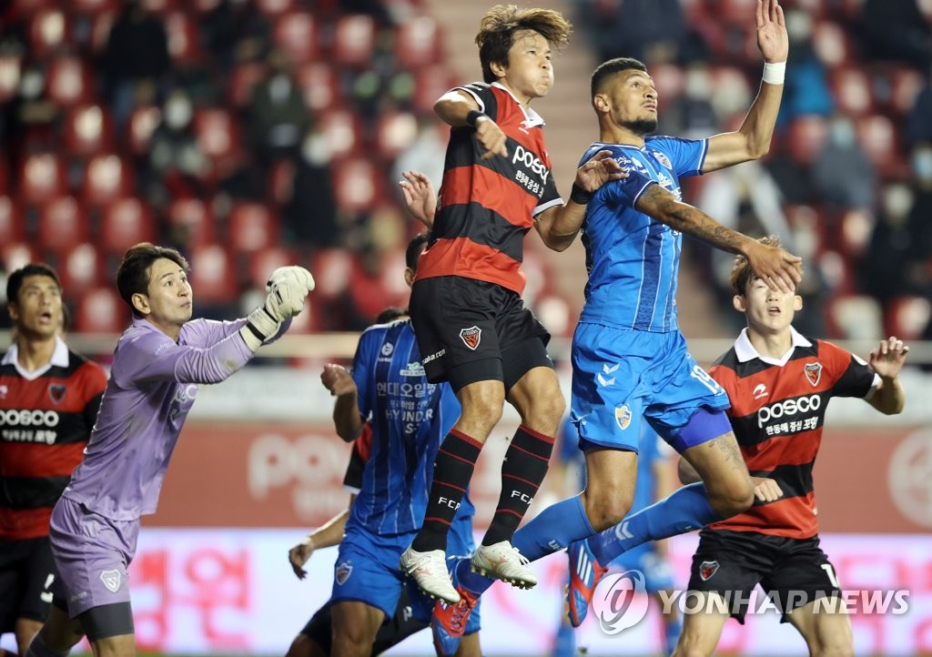 Players for Ulsan Hyundai FC (in blue) and Pohang Steelers battle for the ball during their K League 1 match at Pohang Steel Yard in Pohang, 370 kilometers southeast of Seoul, on Oct. 18, 2020. (Yonhap)