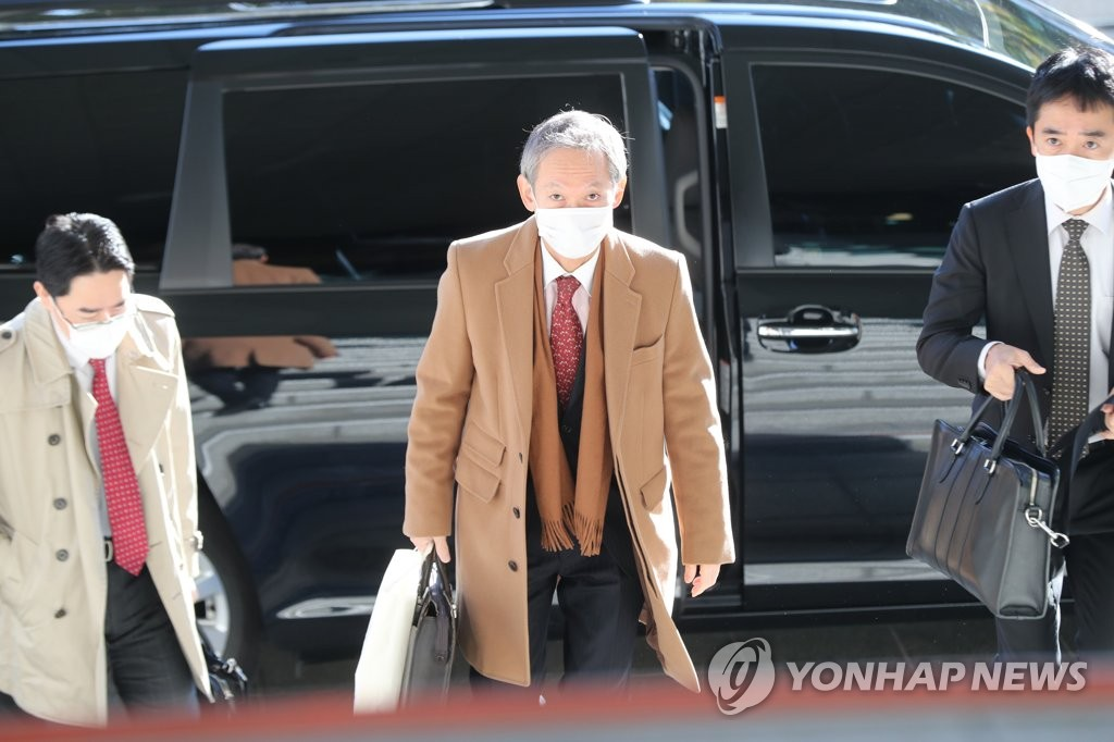 Shigeki Takizaki (C), head of the Japanese foreign ministry's Asian and Oceanian affairs bureau, arrives at the foreign ministry in Seoul on Oct. 29, 2020, for talks with Seoul officials on the row over wartime history and trade and other regional issues. (Yonhap)
