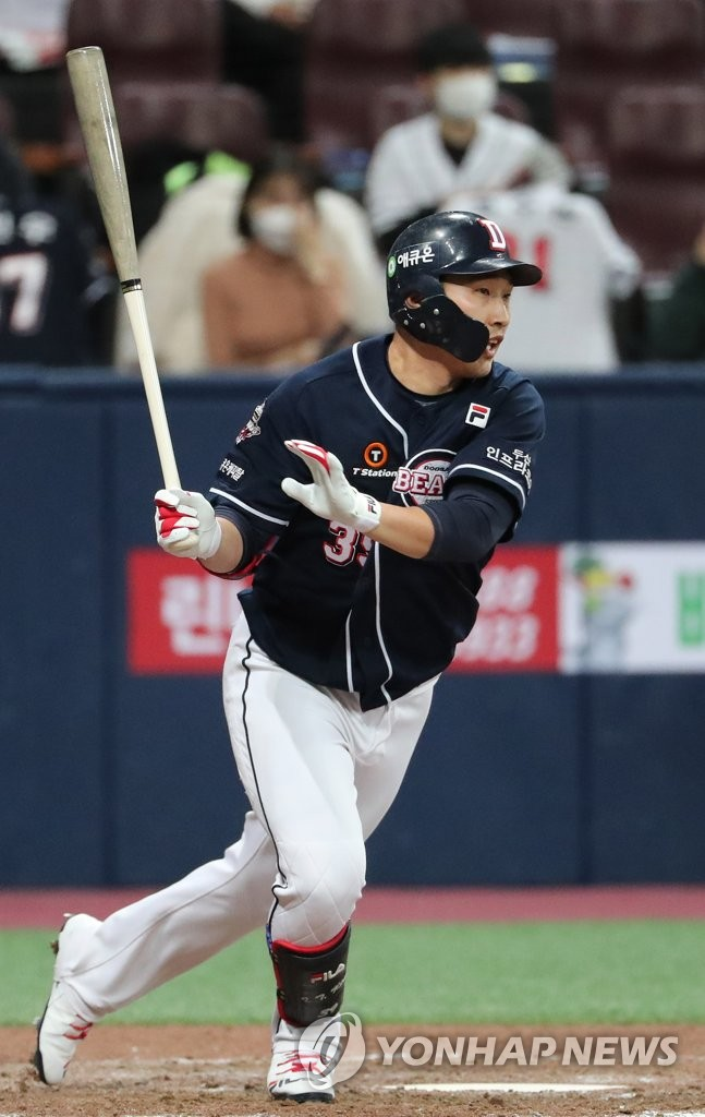 Kim In-tae of the Doosan Bears hits an RBI single against the KT Wiz in the top of the ninth inning of Game 1 of the Korea Baseball Organization second-round postseason series at Gocheok Sky Dome in Seoul on Nov. 9, 2020. (Yonhap)