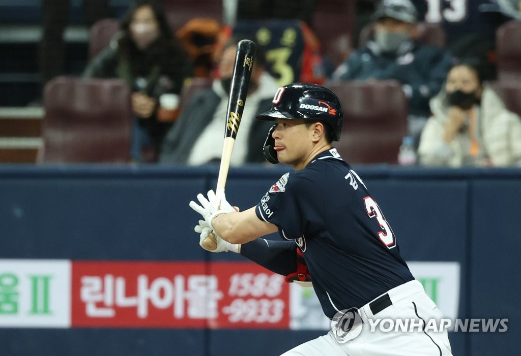 Kim Jae-hwan of the Doosan Bears hits a two-run single against the KT Wiz in the top of the fifth inning of Game 2 of the Korea Baseball Organization second-round postseason series at Gocheok Sky Dome in Seoul on Nov. 10, 2020. (Yonhap)