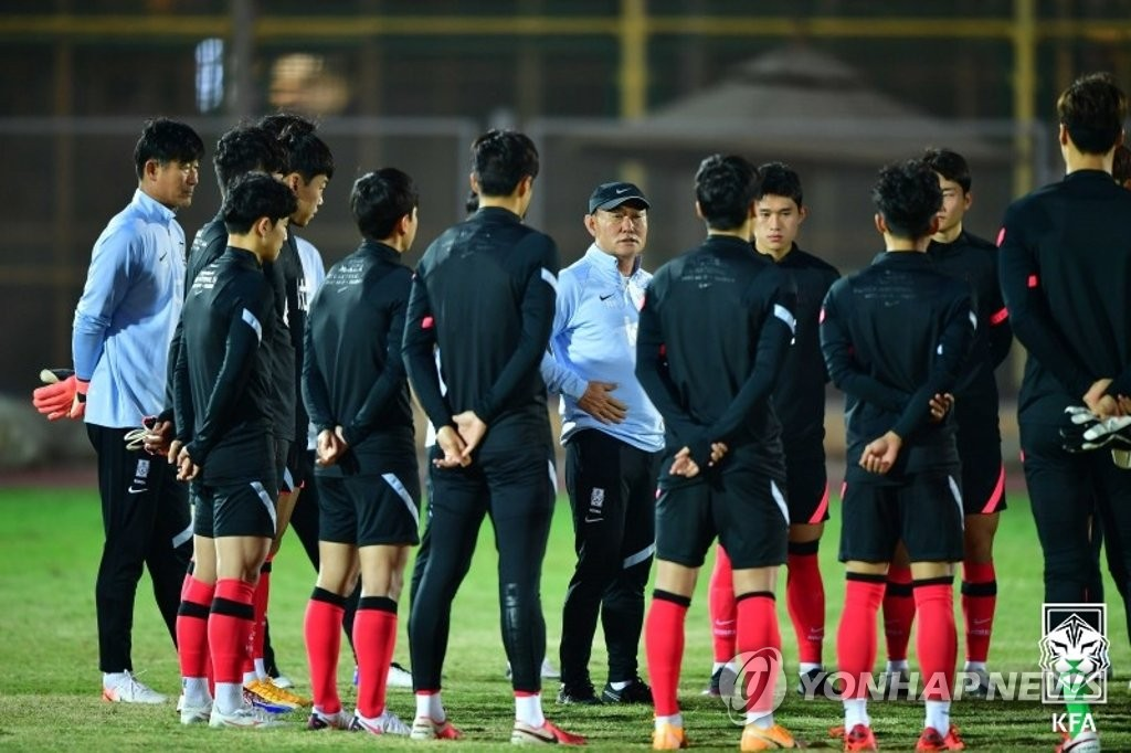 In this Nov. 13, 2020, file photo provided by the Korea Football Association, Kim Hak-bum (C), head coach of the South Korean men's Olympic football team, gives instructions to his players during a practice session at Air Defense Stadium in Cairo. (PHOTO NOT FOR SALE) (Yonhap)