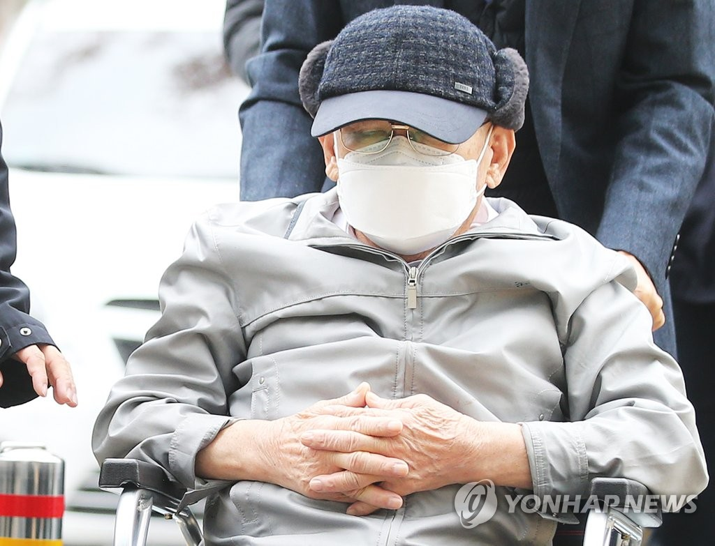 Lee Man-hee, founder of the Shincheonji Church of Jesus, arrives in a wheelchair at the Suwon District Court on Nov. 18, 2020. (Yonhap)