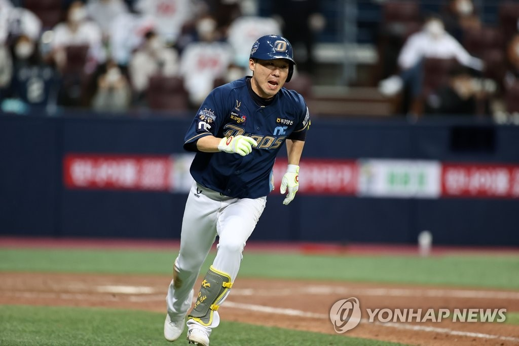Chi Seok-hoon of the NC Dinos heads to first base after hitting an RBI double against the Doosan Bears in the top of the ninth inning of Game 4 of the Korean Series at Gocheok Sky Dome in Seoul on Nov. 21, 2020. (Yonhap)