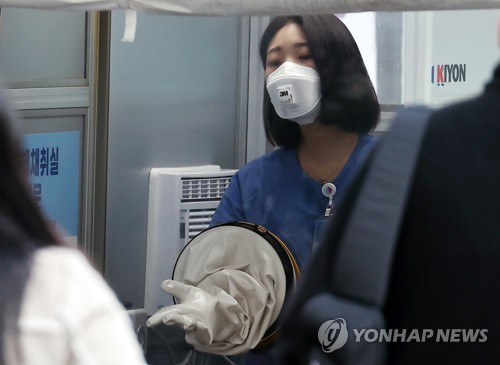 (3rd LD) New virus cases below 300 for first time in 6 days, tougher virus curbs imminent in greater Seoul