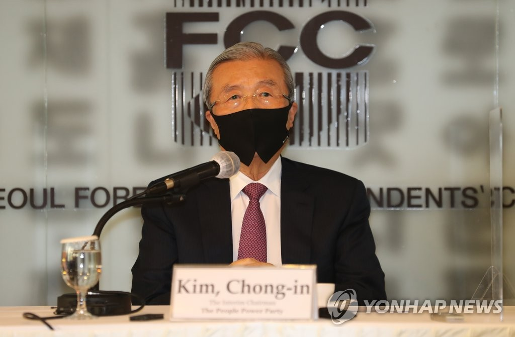 Kim Chong-in, interim leader of the main opposition People Power Party, answers questions during a meeting with foreign correspondents at the Press Center in Seoul on Nov. 24, 2020. (Pool photo) (Yonhap)