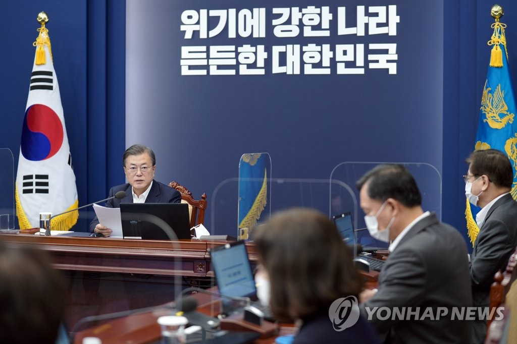 President Moon Jae-in holds a weekly meeting with his senior secretaries at Cheong Wa Dae in Seoul on Nov. 30, 2020. (Yonhap)