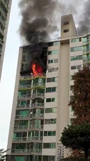 Fire erupts at apartment building in Gunpo
