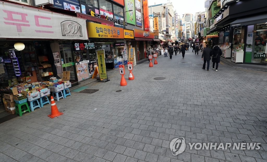 This file photo, taken Dec. 9, 2020, shows only a few customers at Namdaemun Market, one of South Korea's biggest traditional markets, in central Seoul, amid the pandemic. (Yonhap)