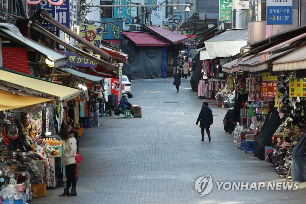 This photo, taken on Dec. 17, 2020, shows few people at Namdaemun Market in central Seoul, one of South Korea's biggest traditional markets, amid the new coronavirus outbreak. (Yonhap)