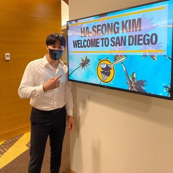 This image captured from the Twitter page of the San Diego Padres on Jan. 1, 2021, shows the club's new South Korean player, Kim Ha-seong, posing next to the message welcoming him to the club. (PHOTO NOT FOR SALE) (Yonhap)