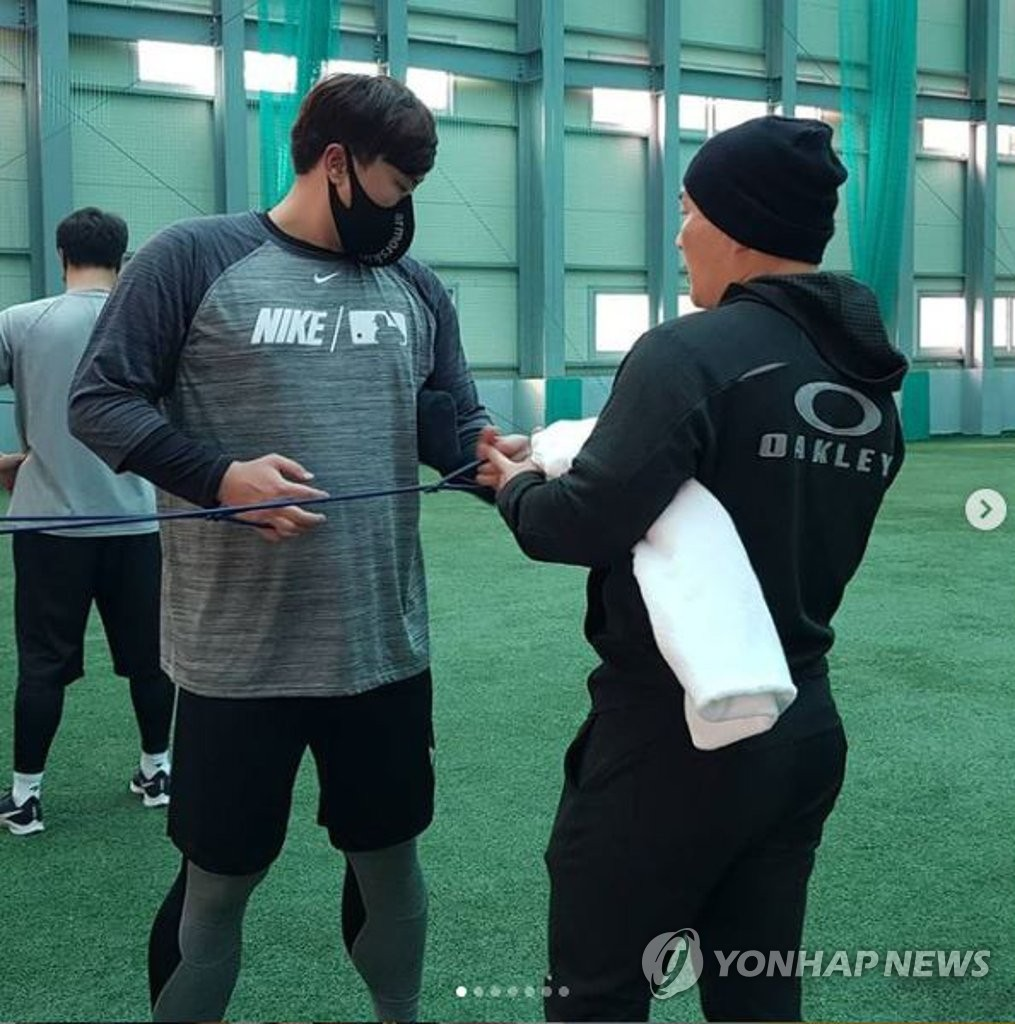 This file photo provided by A-Spec Corp. on Jan. 7, 2021, shows Toronto Blue Jays' pitcher Ryu Hyun-jin (L) training at Kang Chang-hak Baseball Stadium in Seogwipo, Jeju Island. (PHOTO NOT FOR SALE) (Yonhap)
