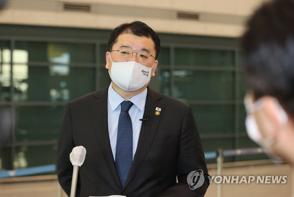 This photo, taken on Jan. 14, 2021, shows Vice Foreign Minister Choi Jong-kun speaking to the press upon arrival from Iran at Incheon International Airport, west of Seoul. (Yonhap)