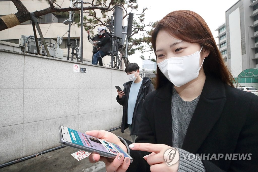 This photo, provided by KT Corp. on Jan. 27, 2021, shows the company's workers testing standalone 5G near its offices in central Seoul. (PHOTO NOTO FOR SALE) (Yonhap)