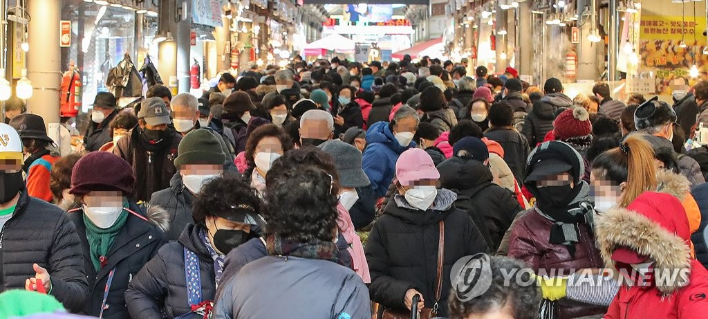 People pack a traditional market in eastern Seoul ahead of the Lunar New Year holiday on Feb. 5, 2021. (Yonhap)