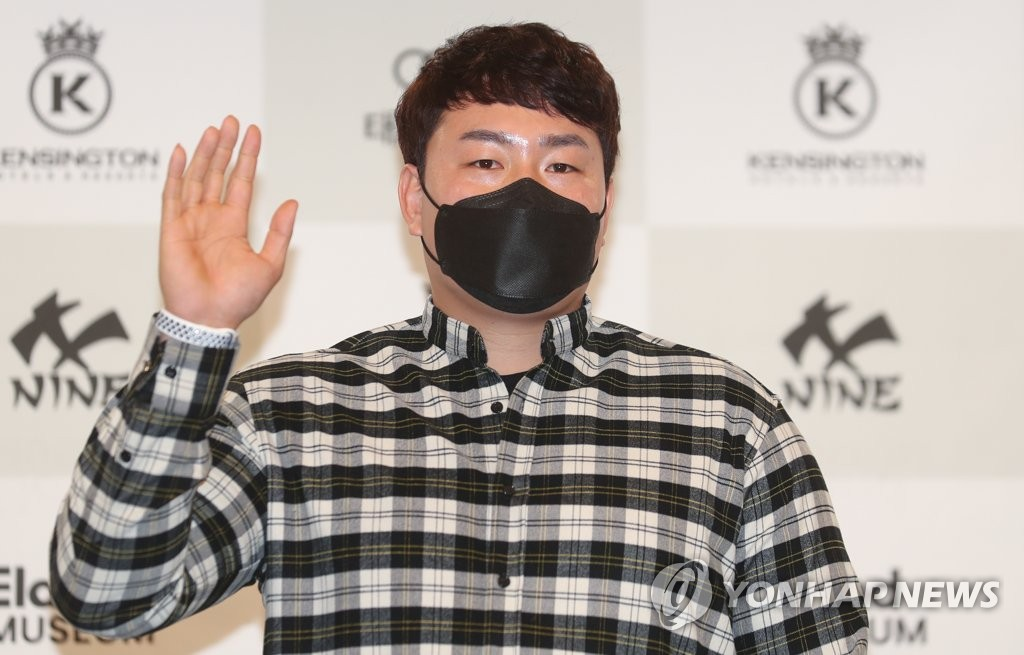 Choi Ji-man of the Tampa Bay Rays poses for photos during his press conference at a Seoul hotel on Feb. 5, 2021. (Yonhap)