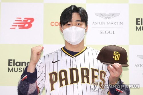 Ex-KBO star Kim Ha-seong looking to crack deep Padres lineup in 1st MLB camp
