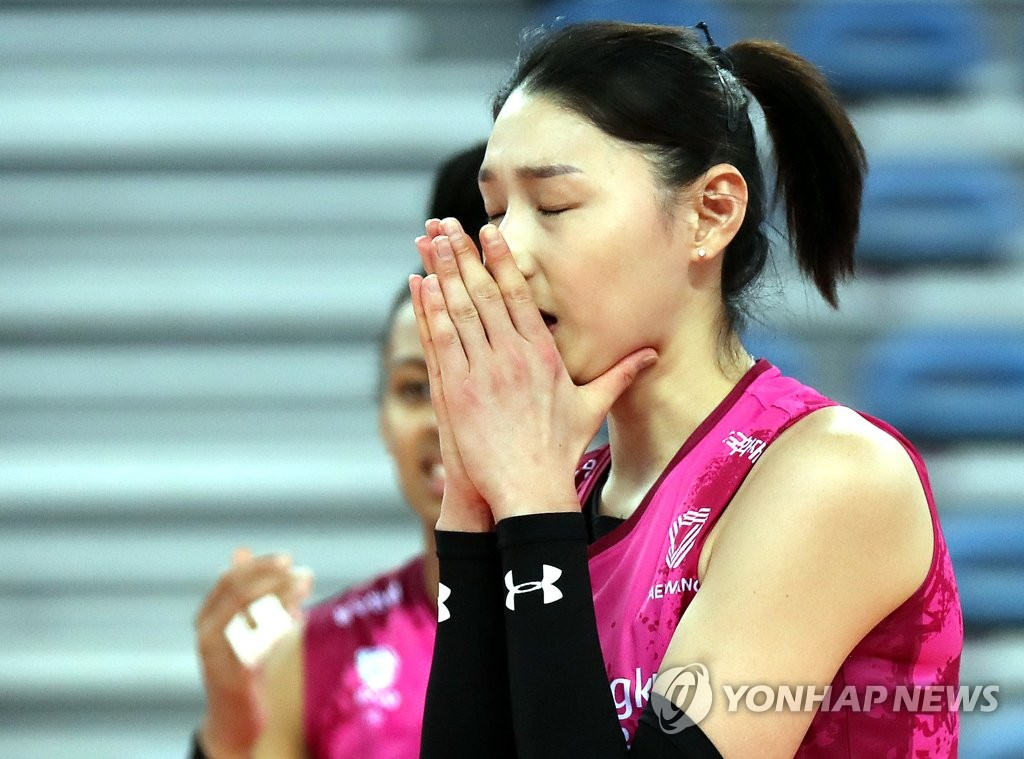 Kim Yeon-koung, captain of the Heungkuk Life Pink Spiders, reacts to a lost point during a V-League match against the IBK Altos at Gyeyang Gymnasium in Incheon, just west of Seoul, on Feb. 16, 2021. (Yonhap)