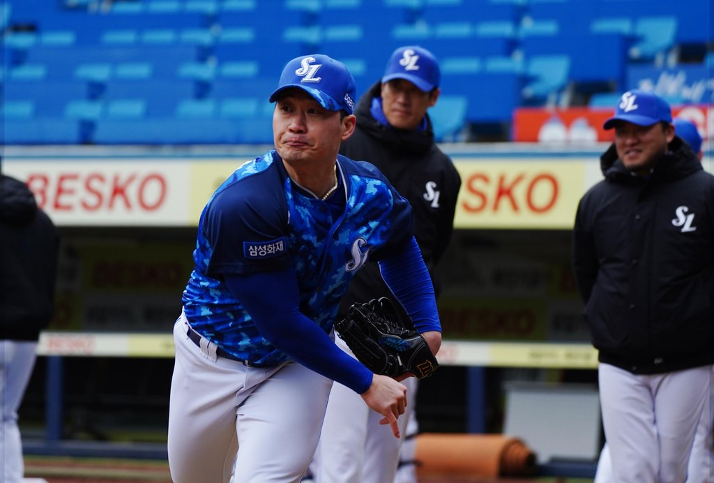 Oh Seung-hwan of the Samsung Lions warms up before a live batting practice at Daegu Samsung Lions Park in Daegu, 300 kilometers southeast of Seoul, on March 2, 2021, in this photo provided by the Lions. (PHOTO NOT FOR SALE) (Yonhap)