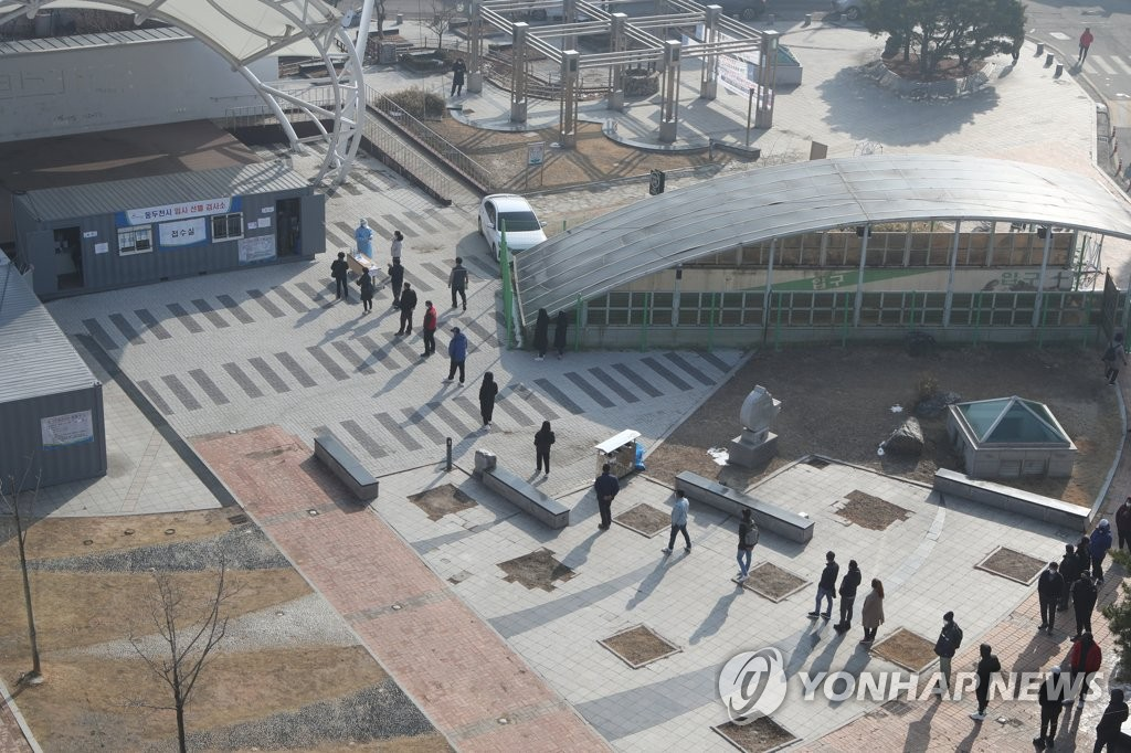 Citizens form a long line to receive COVID-19 tests at a makeshift virus testing clinic in Dongducheon, 40 km north of Seoul, on March 3, 2021. (Yonhap)