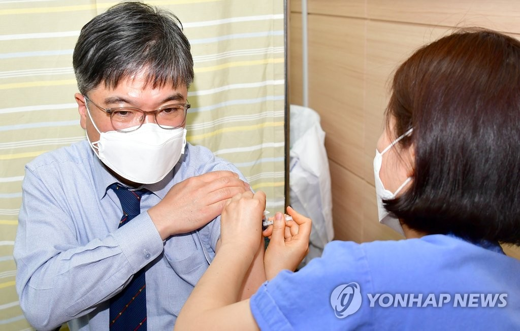 Chonnam National University Hospital Director Ahn Young-keun receives a COVID-19 vaccination shot at the hospital in Gwangju, 330 kilometers southwest of Seoul, on March 8, 2021. (Yonhap)