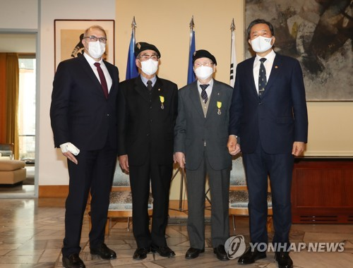 (LEAD) 2 Korean War veterans receive French military decoration