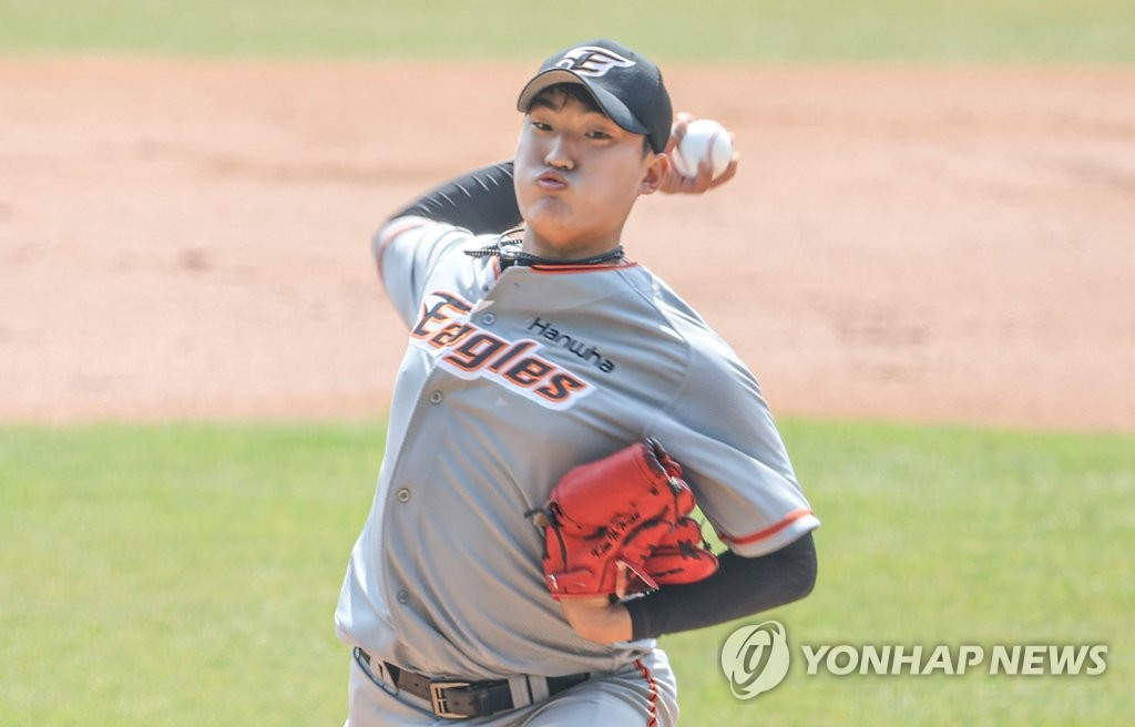 Kim Yi-hwan of the Hanwha Eagles pitches against the Doosan Bears in the bottom of the first inning of a Korea Baseball Organization preseason game at Jamsil Baseball Stadium in Seoul on March 23, 2021. (Yonhap)