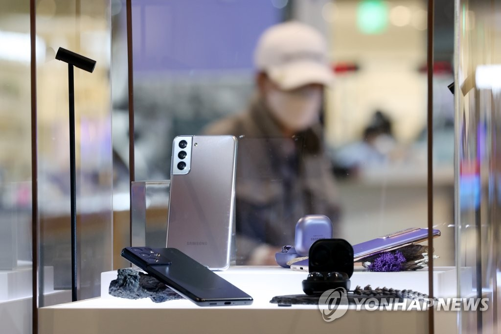 This photo taken on April 7, 2021, shows Samsung Electronics Co.'s Galaxy S21 smartphone displayed at a store in Seoul. (Yonhap)