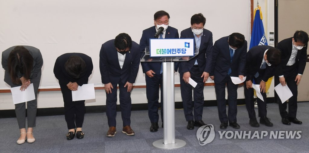 The leadership of the ruling Democratic Party, including its acting chief Kim Tae-nyeon (C), bows in apology during a press conference at the National Assembly in Seoul on April 8, 2021, to announce a decision to resign en masse to take responsibility for the shocking rout in the mayoral by-elections in the country's two largest cities, Seoul and Busan, the previous day. (Yonhap)