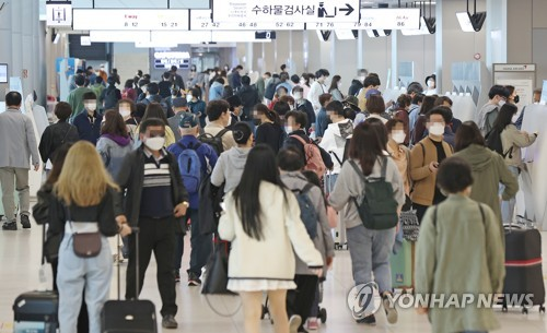 Gimpo airport crowded with departing tourists