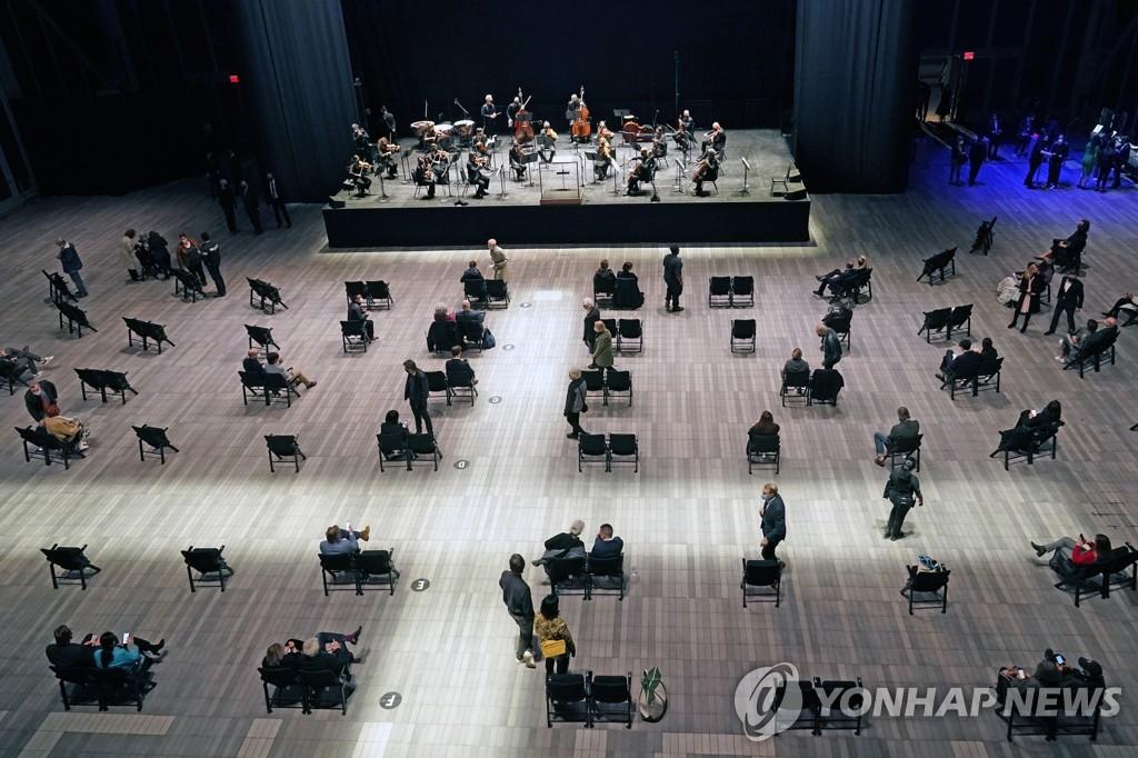 13개월 만에 뉴욕 필하모닉 대면 공연 즐기는 청중