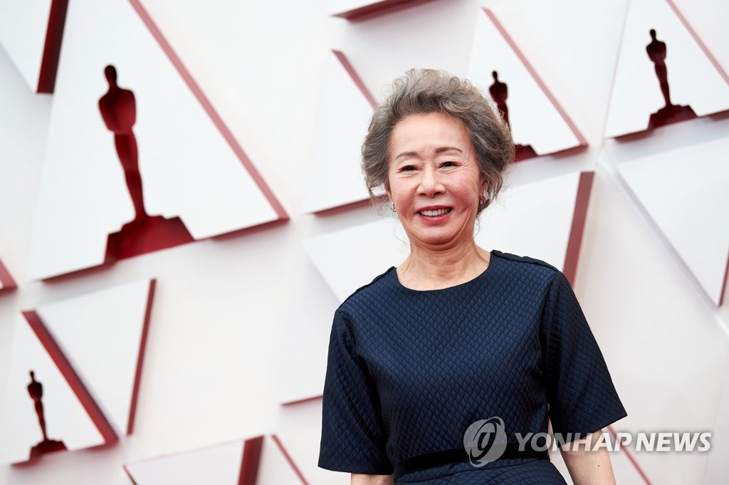 In this photo captured from the 2021 Oscars website, South Korean actress Youn Yuh-jung arrives to attend the Oscars at Union Station in Los Angeles on April 25, 2021. (PHOTO NOT FOR SALE) (Yonhap)