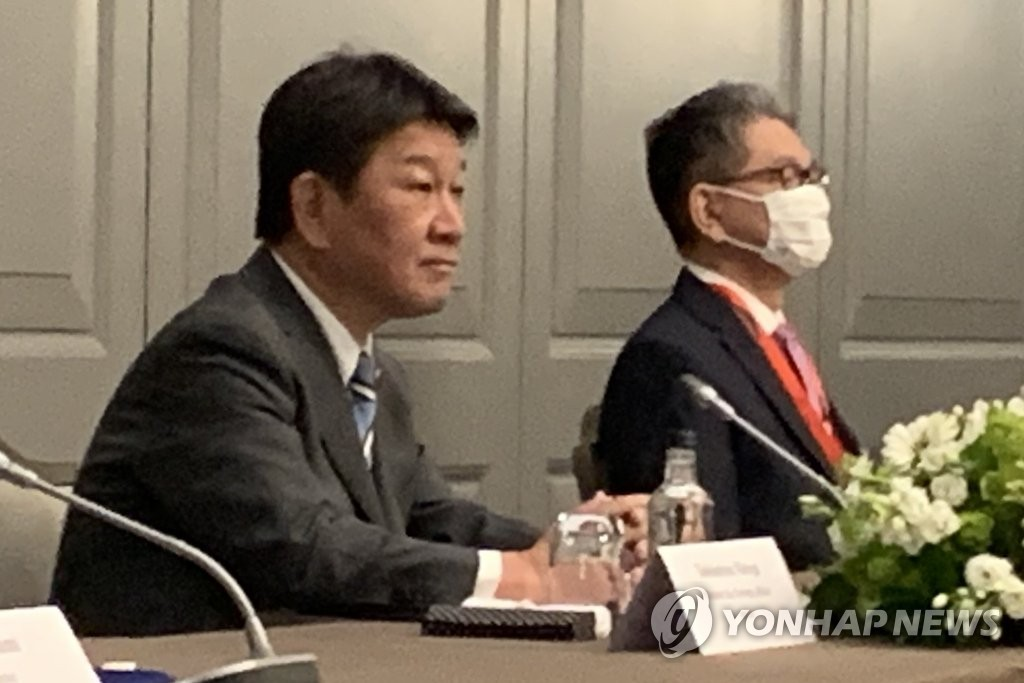 Japanese Foreign Minister Toshimitsu Motegi (L) attends a trilateral meeting with his U.S. and South Korean counterparts, Antony Blinken and Chung Eui-yong, on the margins of a Group of Seven gathering in London on May 5, 2021. (Yonhap)