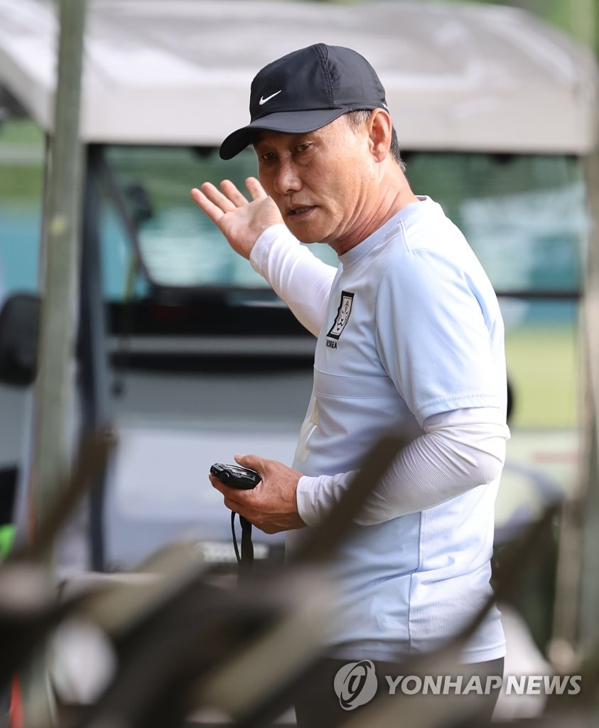 Kim Hak-bum, head coach of the South Korean men's Olympic football team, addresses his players during practice at the National Football Center in Paju, Gyeonggi Province, on July 6, 2021. (Yonhap)