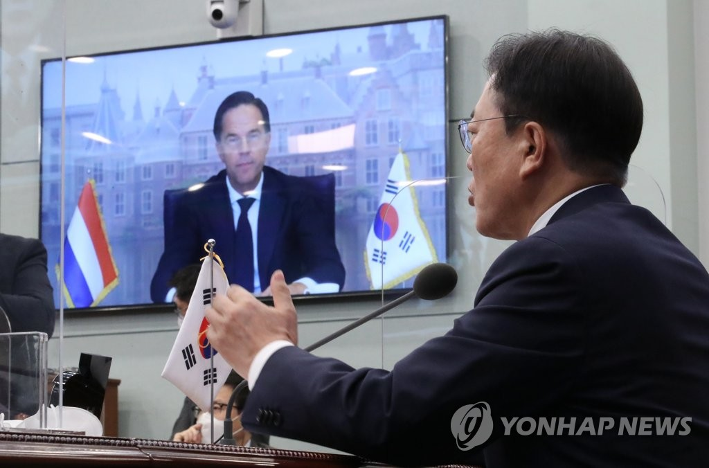South Korean President Moon Jae-in holds virtual summit talks with Prime Minister Mark Rutte of the Netherlands (on screen) at Cheong Wa Dae in Seoul on July 7, 2021. (Yonhap)