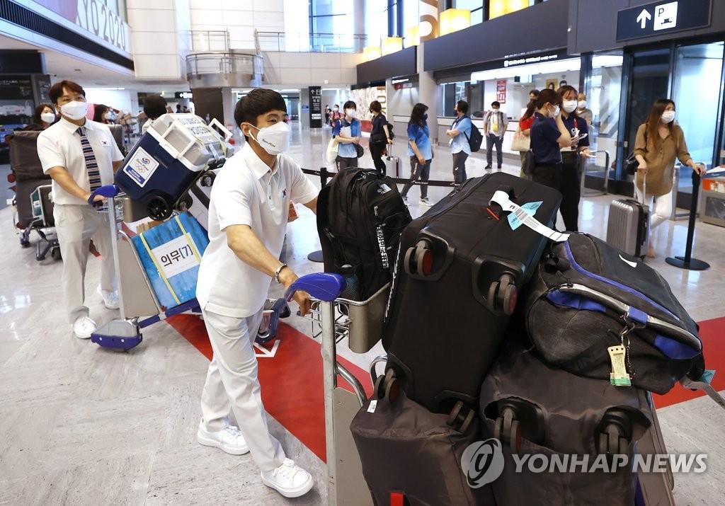 South Korean artistic gymnast Yang Hak-seon carries his bags at Narita International Airport in Narita, Japan, after arriving for the Tokyo Olympics on July 19, 2021. (Yonhap)
