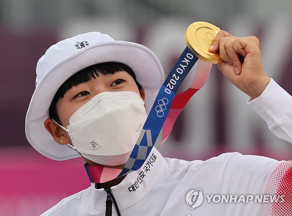 An San of South Korea holds up her gold medal from the women's individual archery event at the Tokyo Olympics at Yumenoshima Park Archery Field in Tokyo on July 30, 2021. (Yonhap)