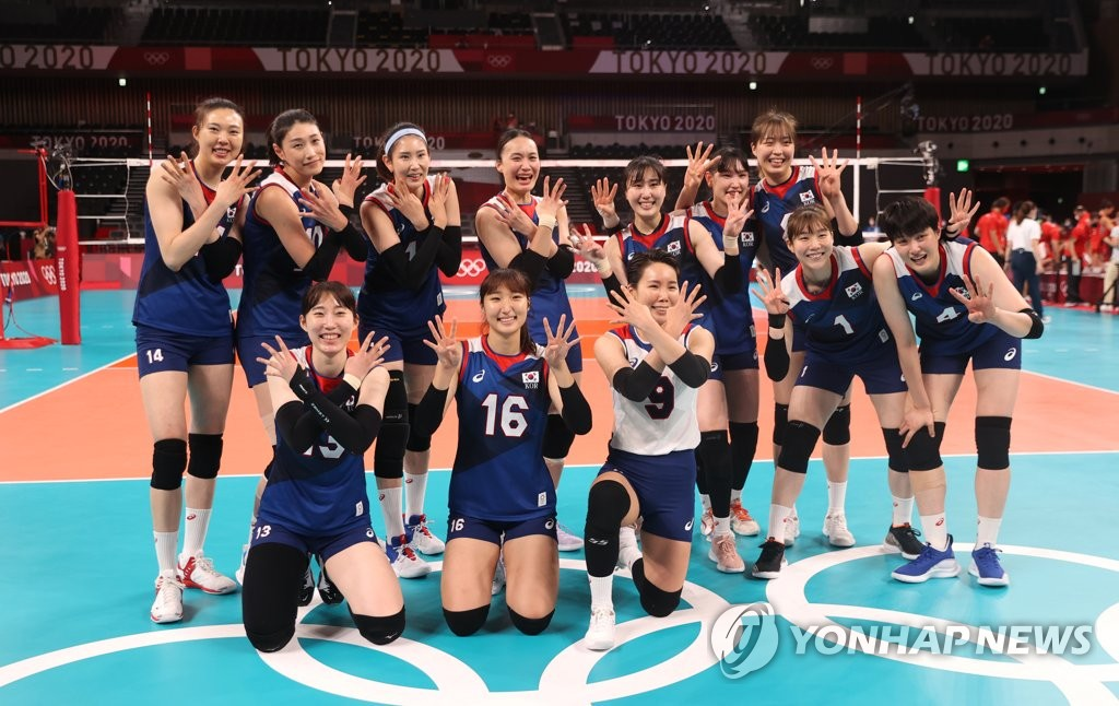 Members of the South Korean women's volleyball team celebrate their victory over Turkey in the quarterfinals of the Tokyo Olympic women's volleyball tournament at Ariake Arena in Tokyo on Aug. 4, 2021. (Yonhap)