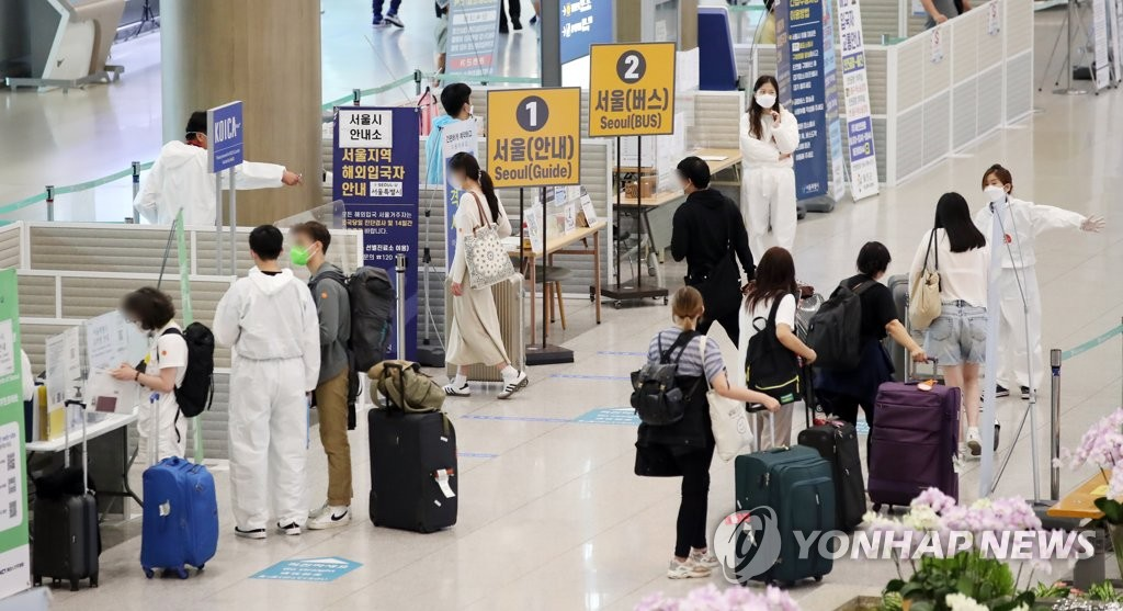 International travelers arrive at Terminal 1 of Incheon International Airport, west of Seoul, on Aug. 4, 2021. (Yonhap)