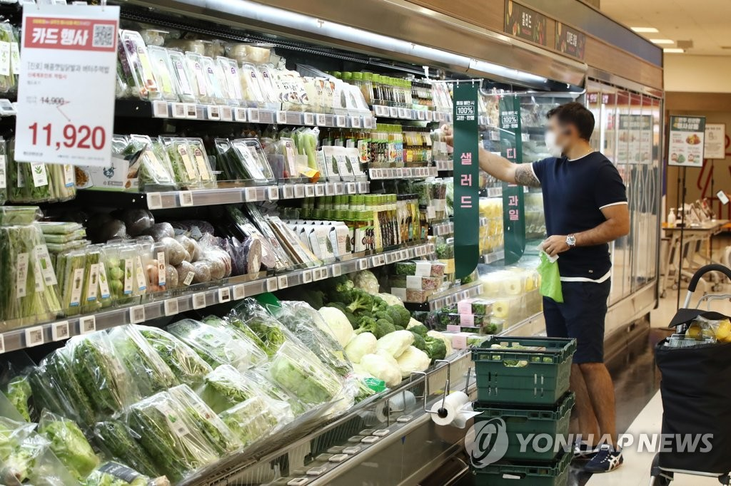 A shopper purchases groceries at a supermarket in Seoul on Sept. 24, 2021. (Yonhap)